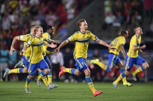Švédský obránce Ludwig Augustinsson (č.5) oslavuje se spoluhráči vítězství ve finále ME hráčů do 21 let.