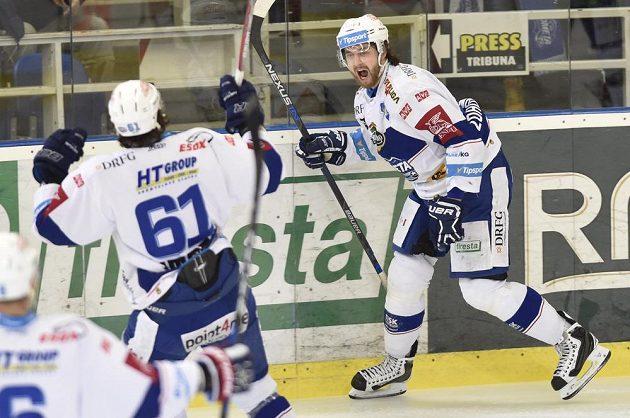 Hokejisté Brna v čele s Hynkem Zohornou se radují ze vstřelené branky proti Třinci. Vlevo je Peter Trška.