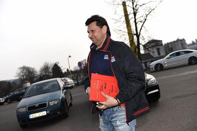 Trenér Vladimír Růžička přichází na kemp hokejové reprezentace ve Velkých Popovicích.