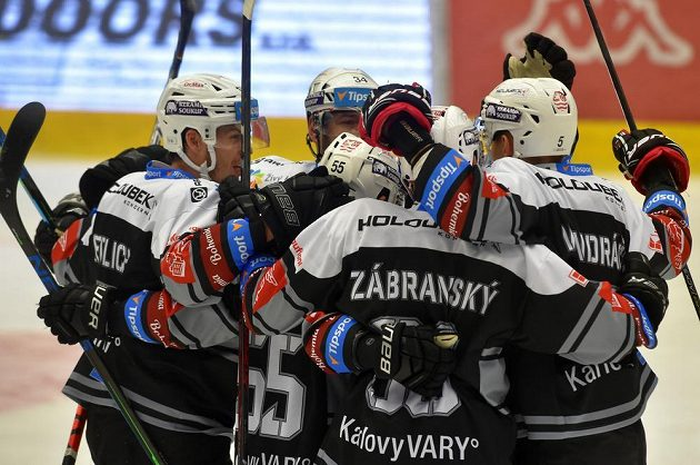 Karlovarští se radují z gólu.