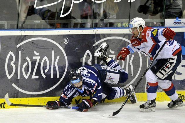 Vítkovický útočník Marek Hovorka (vlevo) a pardubický obránce Martin Štajnoch v zápase 33. kola hokejové Tipsport extraligy.