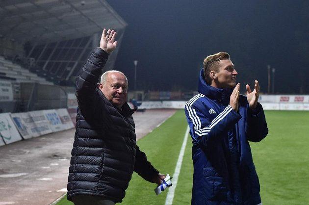 Mladoboleslavský trenér Leoš Kalvoda (vlevo) a hráč Petr Mareš slaví vítězství v Jablonci.