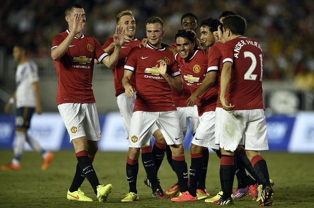 Fotbalisté Manchesteru United slaví gól proti Los Angeles Galax. Vpravo je nová posila klubu Ander Herrera.