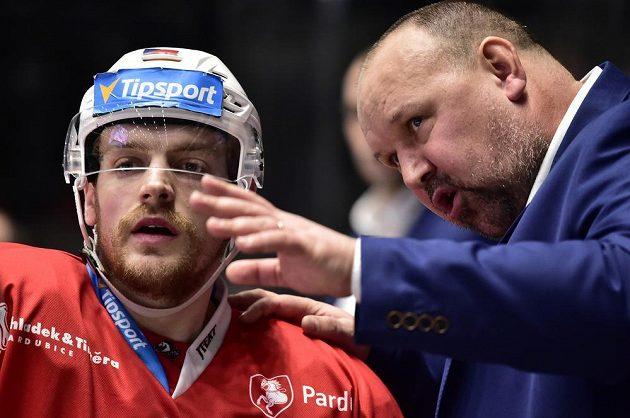 Trenér hokejových Pardubic Ladislav Lubina udílí pokyny obránci Janu Zdráhalovi.