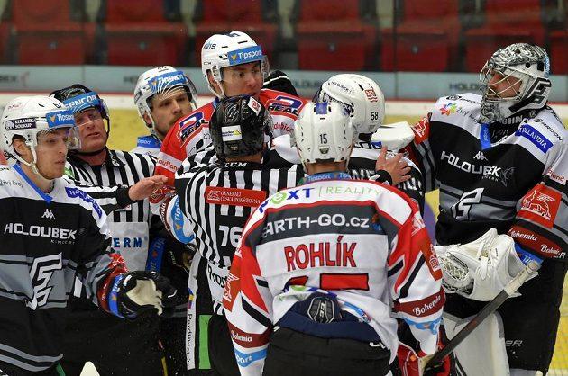 Potyčka na ledě během utkání Energie Karlovy Vary - Dynamo Pardubice.