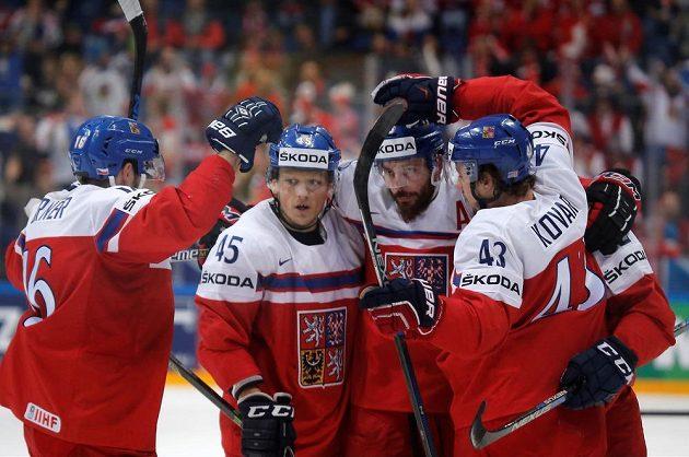 Čeští hokejisté se radují po jedné z branek proti Švýcarům.