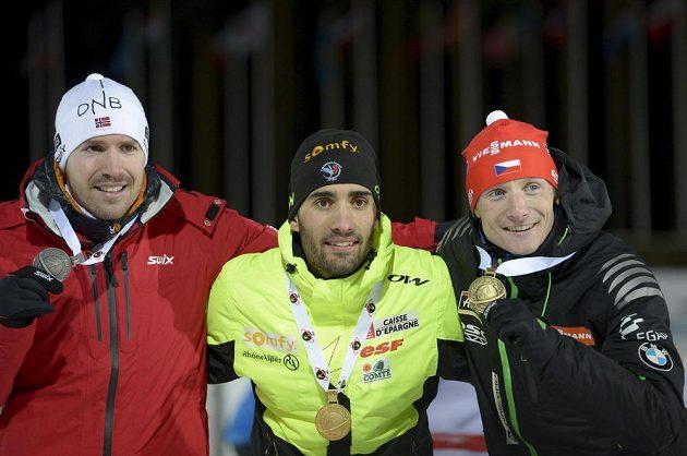 Medailisté z vytrvalostního závodu na 20 km. Zleva stříbrný Nor Emil Hegle Svendsen, mistr světa Martin Fourcade a bronzový český biatlonista Ondřej Moravec.