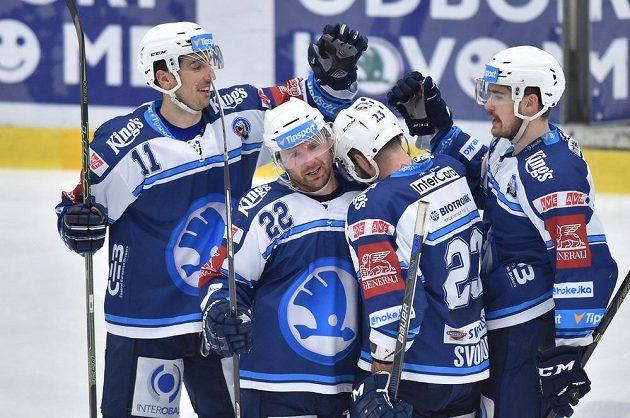Hokejisté Plzně se radují z gólu Ondřeje Kratěny (druhý zleva) v Mladé Boleslavi.