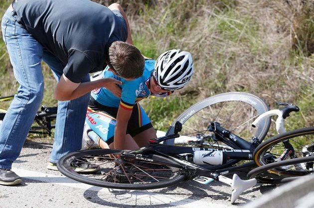 Jednou z postižených cyklistek byla Belgičanka Ann-Sofie Duycková, nad níž se sklání člen realizačního týmu.