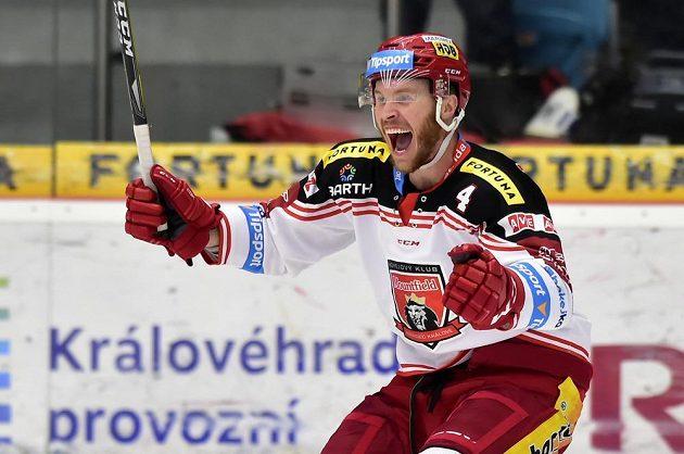 Jake Newton z Hradce Králové se raduje z gólu v utkání s Mladou Boleslaví.