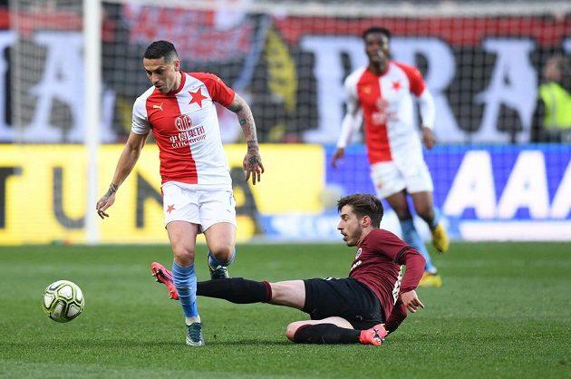 Fotbalista Slavie Nicolae Stanciu čelí v derby ataku sparťana Michala Sáčka.