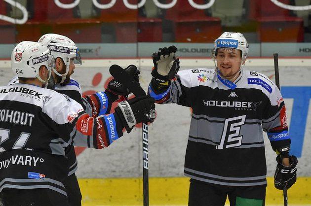 Karlovarská hokejová radost. Gól oslavují zleva Martin Kohout, Petr Koblasa a střelec Jiří Černoch.