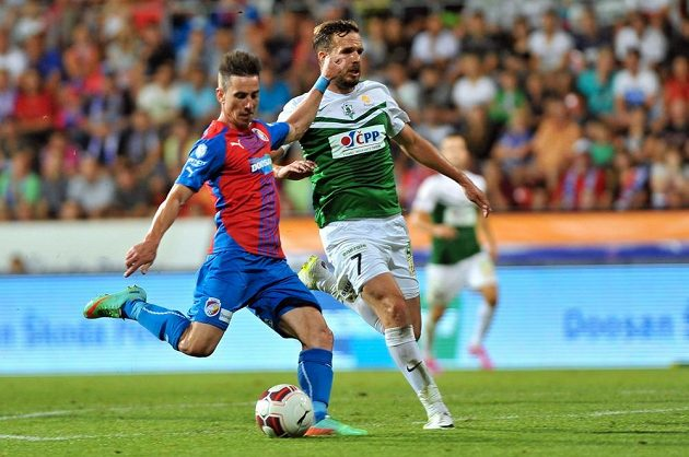 Jablonecký obránce Filip Novák (vpravo) se snaží zastavit plzeňského záložníka Milana Petrželu v utkání 2. kola Synot ligy.