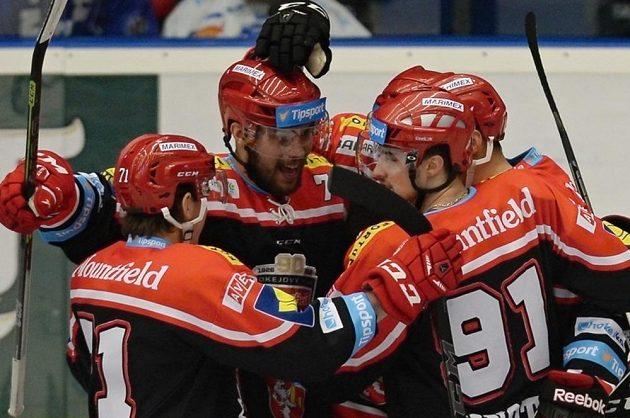 Hokejisté Hradce Králové se radují z gólu na ledě Plzně.