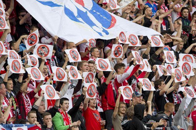 Fanoušci Slavie s transparenty proti předsedovi Fotbalové asociace ČR Miroslavu Peltovi a místopředsedovi Romanu Berbrovi.