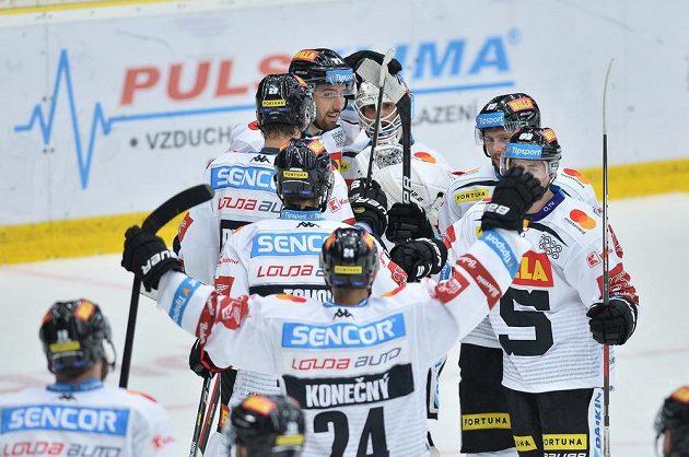 Radost sparťanských hokejistů z vyhraného zápasu.