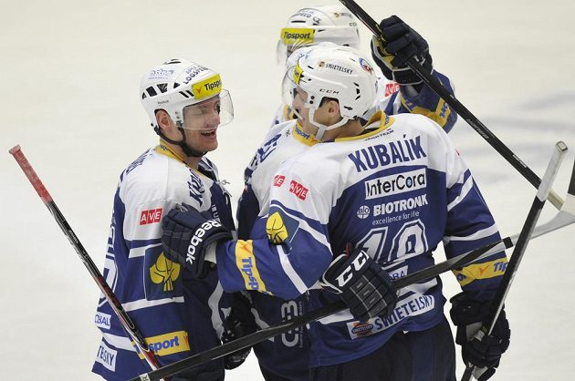 Hráči Plzně se radují z gólu v utkání se Spartou.
