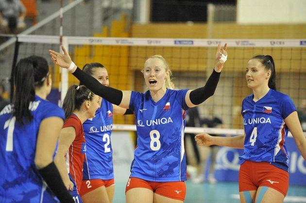 Volejbalistka Barbora Purchartová (druhá zprava) z ČR se raduje z vítězství v utkání Evropské ligy. Vpravo je Gabriela Orvošová z ČR.