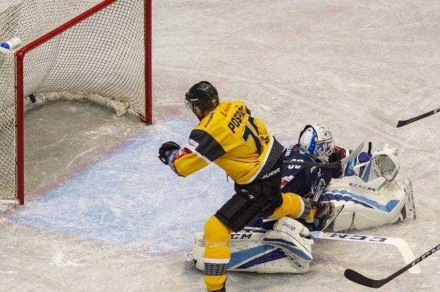 Tomáš Pospíšil z Litvínova střílí gól v utkání hokejového Poháru Generali České pojišťovny, vpravo brankář Liberce Petr Kváča.