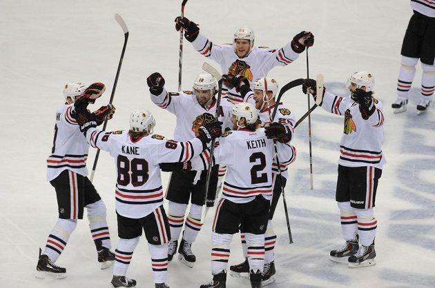 Hokejisté Chicaga slaví postup do semifinále play off NHL. Raduje se i autor vítězného gólu Patrick Kane (druhý zleva).