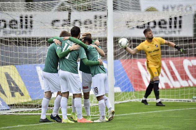 Fotbalistí Jablonce se radují z gólu.