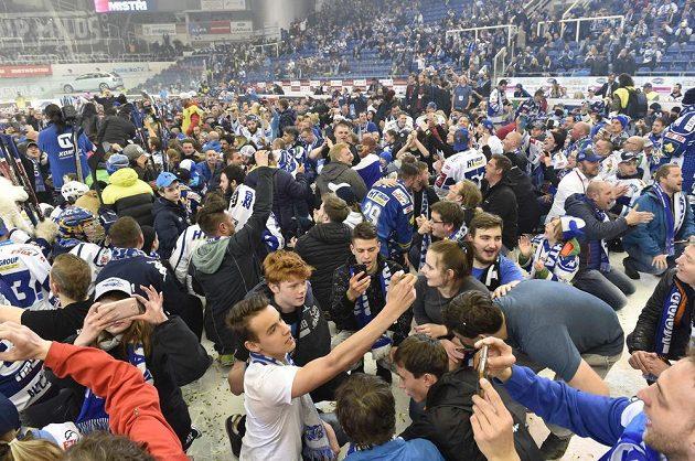 Fanoušci Brna na ledě DRFG Areny při oslavě titulu.