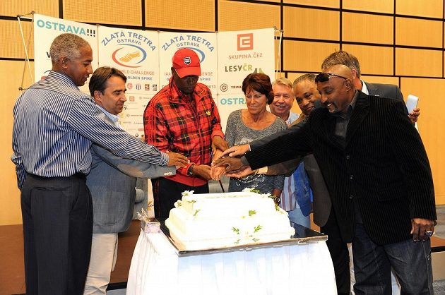 Olympijský vítěz Bob Beamon (uprostřed) během setkání v hotelu Clarion v rámci 52. ročníku atletického mítinku Zlatá tretra v Ostravě.