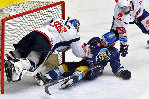 Brankář Chomutova Justin Peters a Ladislav Zikmund z Kladna v akci během utkání hokejové baráže.