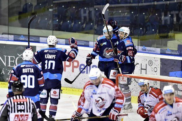 Chomutovští hokejisté se radují z gólu proti Pardubicím.