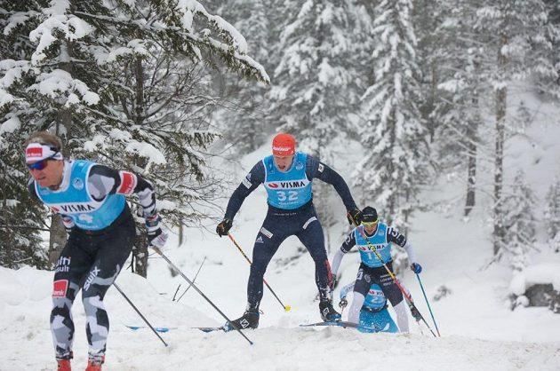 Jan Šrail (č. 32) na trati dálkového běhu na lyžích z Toblachu do Cortiny d'Ampezzo.