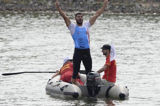 Vítěz Josef Dostál odplouvá po závodě na motorovém člunu na břeh. Jeho oblíbené brýle zůstaly ztraceny pod vodou.