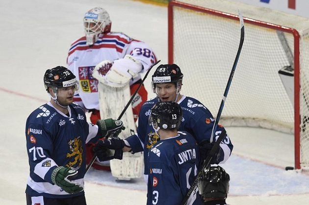 Z gólu se radují finští útočníci zleva Teemu Hartikainen, Joonas Kemppainen a Julius Junttila. V pozadí brankář českého týmu Dominik Furch.