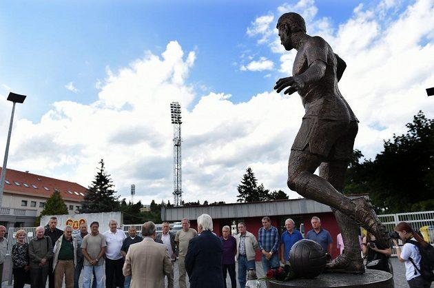 Spoluhráči, kamarádi a zástupci Dukly Praha u sochy Josefa Masopusta, kde uctili jeho památku dne 29. června 2015 u stadiónu Juliska v pražských Dejvicích.