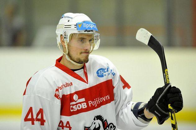 Jan Látal z Pardubic v utkání se Slovanem.