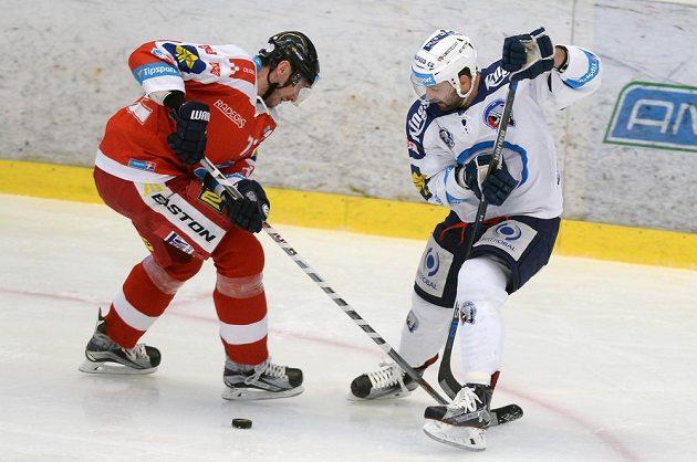 Peter Húževka (vlevo) z Olomouce a plzeňský útočník Tomáš Svoboda během úvodního čtvrtinálového duelu play off.