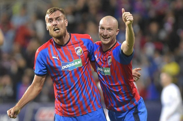Fotbalisté Plzně Tomáš Chorý (vlevo) a Michael Krmenčík se radují z gólu v duelu 3. předkola Evropské ligy proti Antverpám.