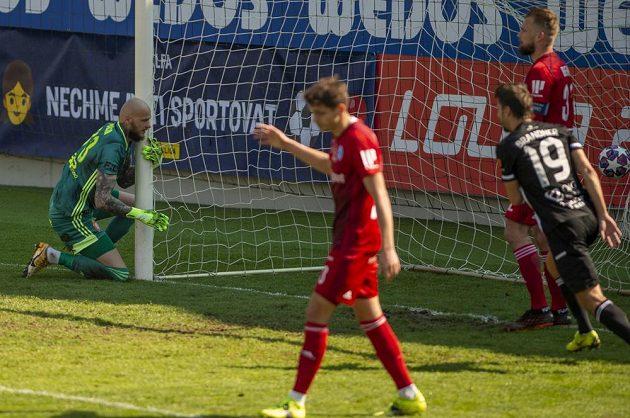 Druhý gól Budějovic, vlevo brankář Olomouce Matúš Macík.
