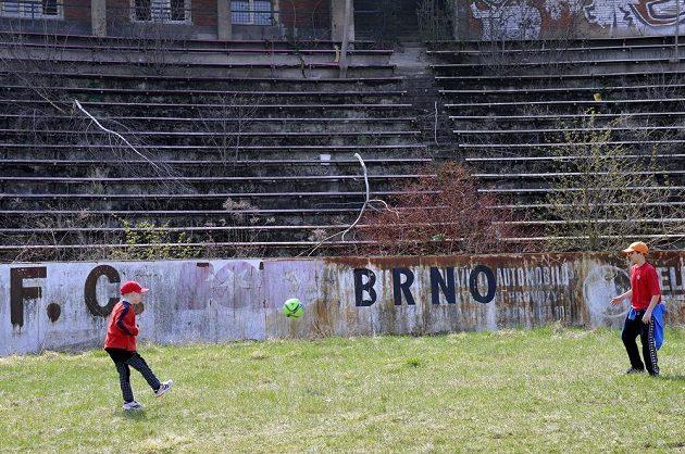 Tady se před lety proháněli špičkoví fotbalisté.
