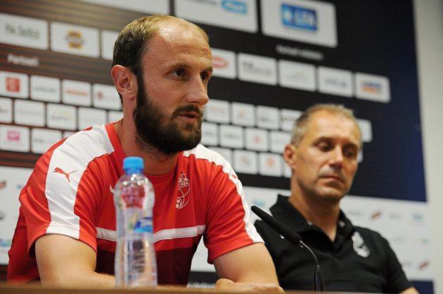 Kapitán Plzně Roman Hubník (vlevo) a trenér Viktorie Roman Pivarník před úvodním utkáním 3. předkola Ligy mistrů s Karabachem.