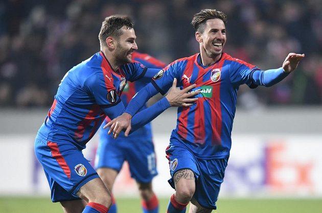 Plzeňský Milan Petržela (vpravo) se raduje z gólu v utkání Evropské ligy proti FCSB.