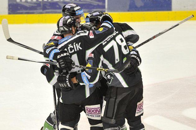 Mladoboleslavští hokejisté se radují z gólu v Hradci Králové.