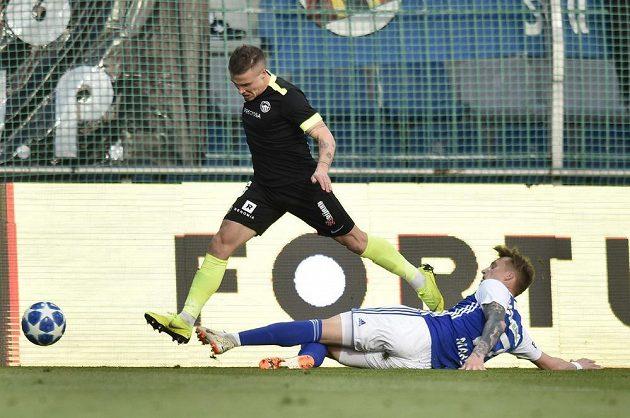 Tomáš Malinský z Liberce a Petr Mareš z Boleslavi v akci během utkání první ligy.