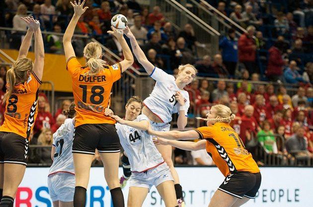 Česká hráčka Markéta Jeřábková se snaží prostřelit obranu Nizozemska.
