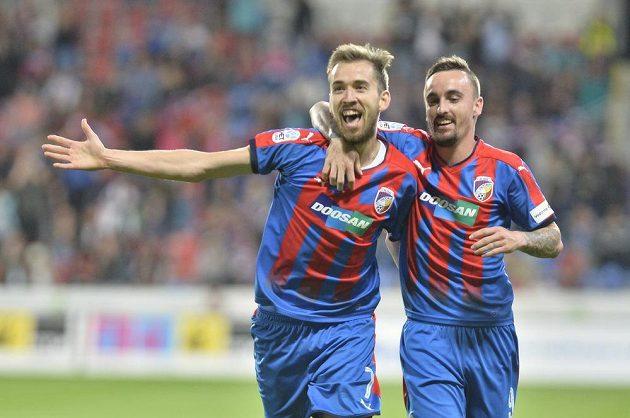 Autor gólu Tomáš Hořava (vlevo) a Martin Zeman z Plzně se radují.