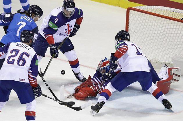 Hokejisté Velké Británie Ben Bowns, Stephen Lee a Evan Mosey a Fin Oliwer Kaski v akci během utkání mistrovství světa.