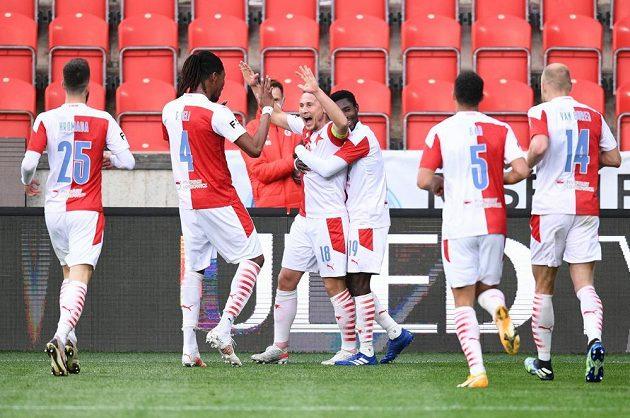 Fotbalisté Slavie se radují z druhé branky v utkání 30. kola Fortuna ligy proti Plzni.