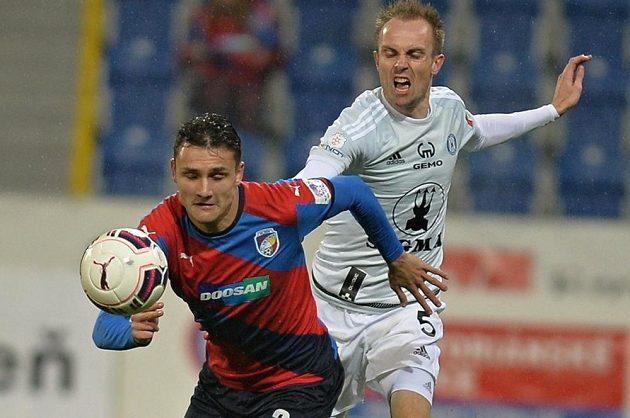 Aleš Matějů (vlevo) z Plzně bráněný Vojtěchem Štěpánem z Olomouce v úvodním duelu čtvrtfinále MOL Cupu.
