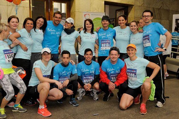 Oštěpařka Barbora Špotáková a další běžci, kteří se rozhodli pomoci.