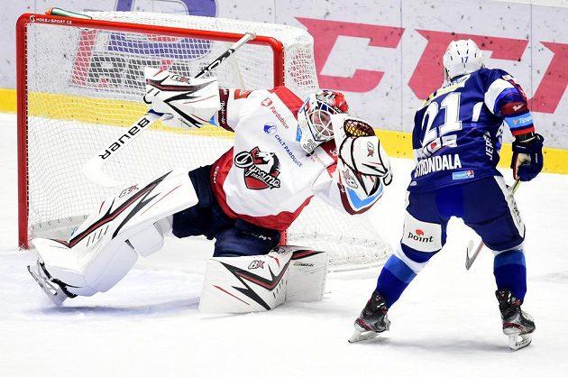 Zleva brankář Pardubic Milan Klouček a Vojtěch Střondala z Brna během utkání hokejového Poháru Generali České pojišťovny.