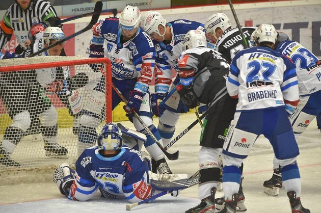 Nebezpečná situace před brankou Brna během extraligového utkání s HC Energie Karlovy Vary.